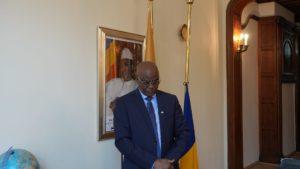 Amb. Mahamat Mamadou ADDY observant une minute de silence en memoire du Maréchal du Tchad, Idriss Deby Itno, Président de la République, Chef de l'Etat.